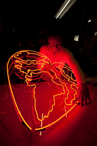 Matthew Lloyd「Workers Make And Renovate Neon Signs」:写真・画像(9)[壁紙.com]