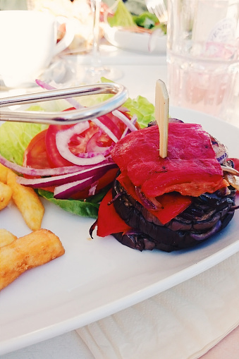 Veggie Burger「Pepper and aubergine stack with chips and salad」:スマホ壁紙(13)