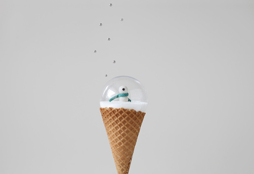 アイスクリーム「Snow globe on ice cream cone with sprinkles」:スマホ壁紙(1)