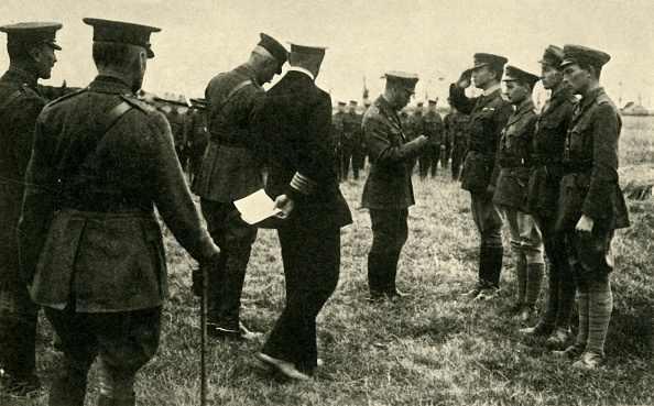 George C「King George V Decorates British Personnel」:写真・画像(5)[壁紙.com]