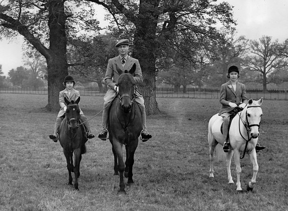 Horse「King George VI. of England (m.) with  Pincess Elizabeth (r.) and Princess Margaret (l.) at Windsor Great Park. Photograph. April 21th 1938. (Photo by Imagno/Getty Images) König George VI. von England (M.) mit den Prinzessinen Elisabeth (r.) und Margaret (」:写真・画像(4)[壁紙.com]