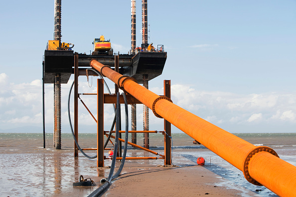 Environmental Conservation「A jack up barge working on the foreshore of the Solway Firth near Workington, installing the power cable that will carry the electricity from the new Robin Rigg offshore wind farm in the Solway Firth. Robin Rigg is one of the largest wind farms in the UK」:写真・画像(16)[壁紙.com]