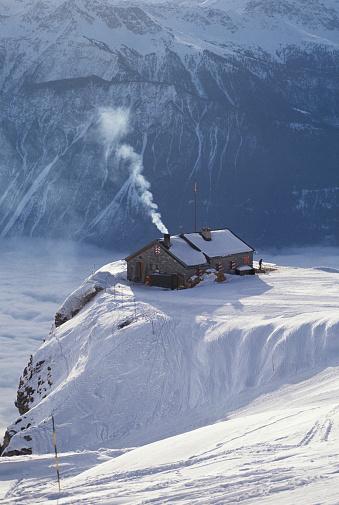 Chalet「Switzerland, Valais, Crans-Montana, chalet on hilltop, winter」:スマホ壁紙(10)