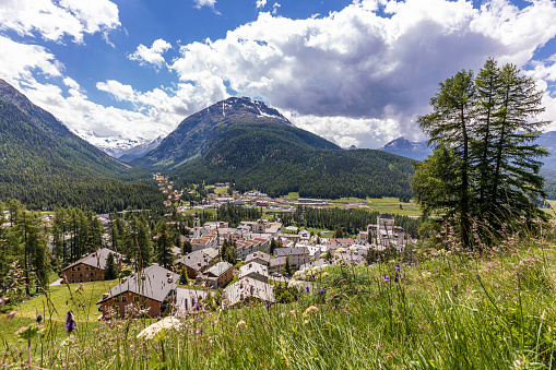 Engadin Valley「Switzerland, Canton of Grisons, Pontresina, Town in Val Bernina on sunny summer day」:スマホ壁紙(15)
