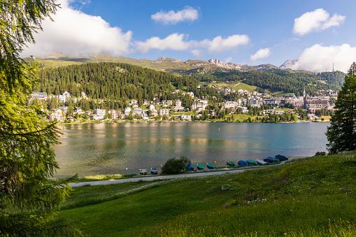 Engadin Valley「Switzerland, Canton of Grisons, Saint Moritz, Lake Saint Moritz and resort town in Engadine valley」:スマホ壁紙(11)