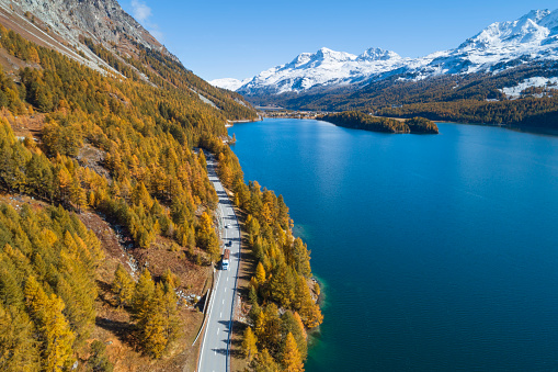 Engadin Valley「Switzerland, Canton of Grisons, Saint Moritz, Drone view of highway stretching along shore of Lake Sils in autumn」:スマホ壁紙(18)