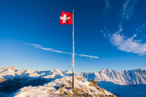General View「Switzerland, Graubuenden, Savognin, Mountaintop Piz Martegnas, swiss flag」:スマホ壁紙(17)