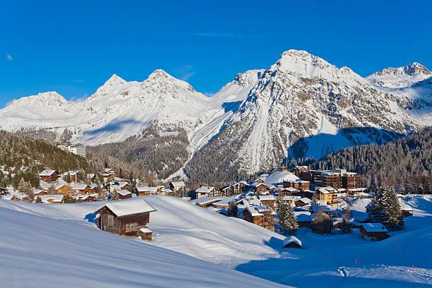 Switzerland, Arosa, view of chalet houses in snow:スマホ壁紙(壁紙.com)