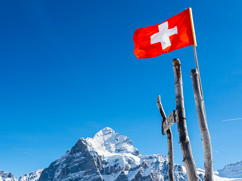 スキー「Switzerland, Canton of Bern, Grindelwald, Swiss flag in the mountains」:スマホ壁紙(2)