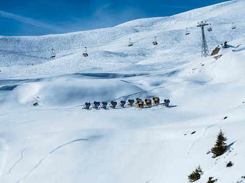 Aerial tramway「Switzerland, Canton of Bern, Grindelwald, Kleine Scheidegg, snow cannons and chair lift」:スマホ壁紙(19)