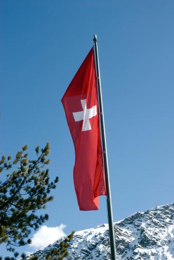 Arosa「Switzerland, Arosa, Swiss flag on flag pole under blue sky」:スマホ壁紙(18)