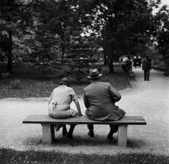 Bench「Couple on a bench in the park. Vienna. Photograph. Around 1930」:写真・画像(4)[壁紙.com]