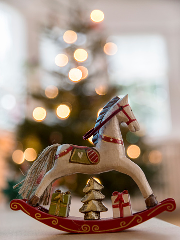 Figurine「Nostalgic deocrative rocking horse before a lit Christmas tree」:スマホ壁紙(6)