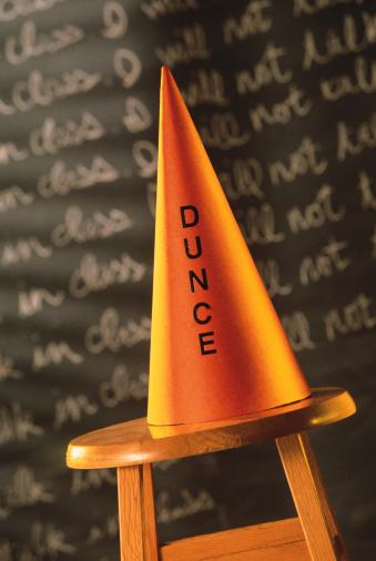 縁なし帽子「Dunce cap on stool in front of blackboard」:スマホ壁紙(3)