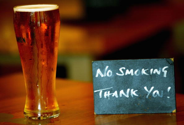 No Smoking Sign「Pubs and Restaurants Follow The Growing Trend For Smoke Free Areas」:写真・画像(16)[壁紙.com]