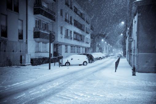雪が降る「冬の夜には、通り」:スマホ壁紙(1)