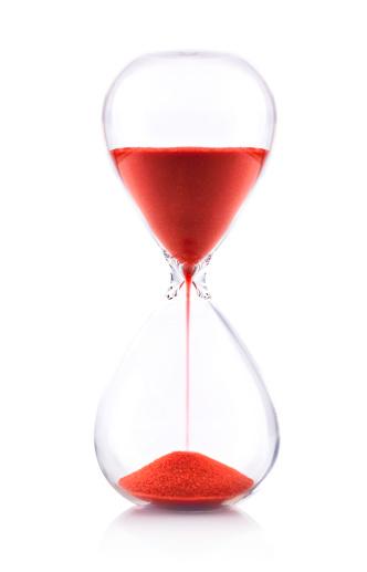 透明「赤色の砂の砂時計は白い背景-時間のコンセプト」:スマホ壁紙(3)