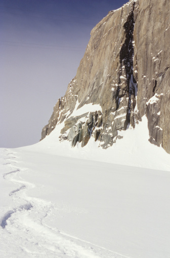 Blanche Vallee「Snowboard trail in snow, Vallee Blanche, Chamonix Alps, France」:スマホ壁紙(19)