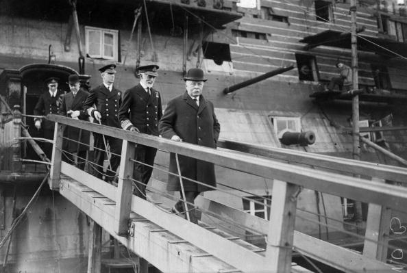 Passenger Boarding Bridge「Men On Gangway」:写真・画像(1)[壁紙.com]