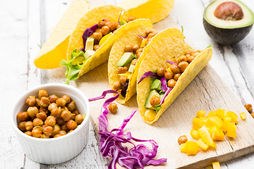 Taco「Vegetarian tacos filled with in curcuma roasted chick peas, yellow paprika, avocado, salad and red cabbage」:スマホ壁紙(13)