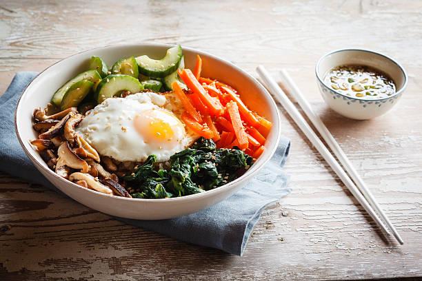 Vegetarian korean rice bowl with mushroom, spinach, cucumber, carrot and fried egg:スマホ壁紙(壁紙.com)