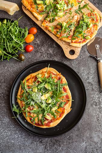 Arugula「Vegetarian pizza with avocado, rocket, tomatoes and parmesan」:スマホ壁紙(10)