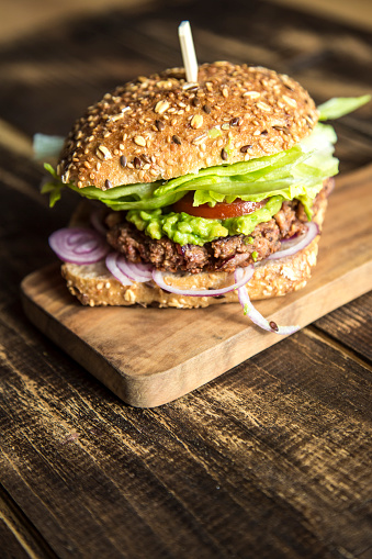Veggie Burger「Vegetarian Burger with beetroot patty, avocado cream, salad and onions」:スマホ壁紙(16)