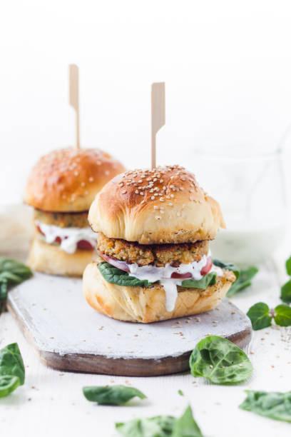 Vegetarian Burger with Halloumi Zucchini Carrot Patty, Tzatziki sauce, homemade bun:スマホ壁紙(壁紙.com)