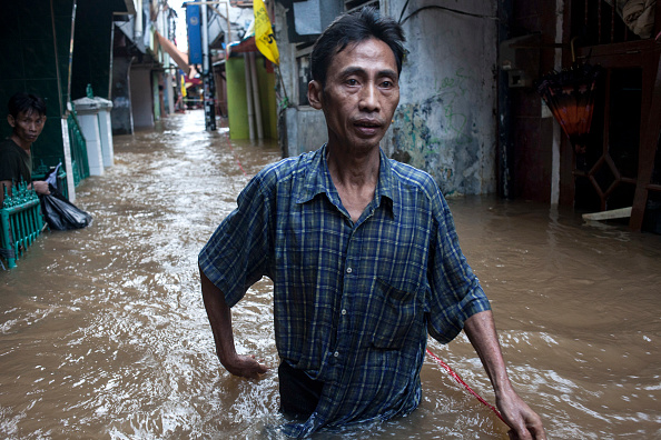 Water「Thousands Of People Evacuated As Torrential Rain Hits Jakarta」:写真・画像(7)[壁紙.com]