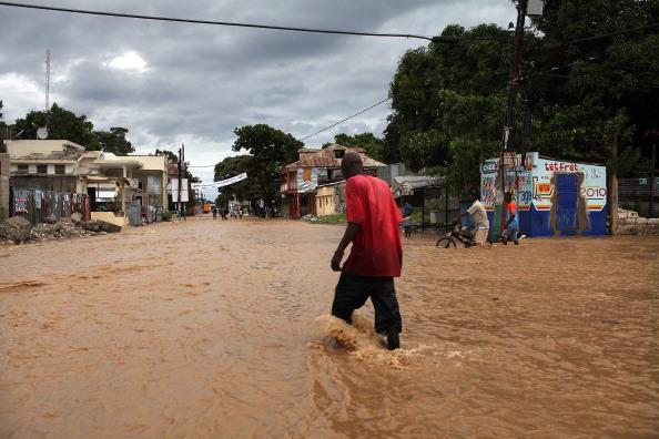 Torrential Rain「Hurricane Tomas Hits Beleaguered Haiti」:写真・画像(11)[壁紙.com]