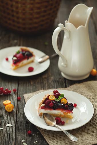 Almonds「新鮮な果実と木製のテーブルにミルクとフルーツ ケーキ。」:スマホ壁紙(16)