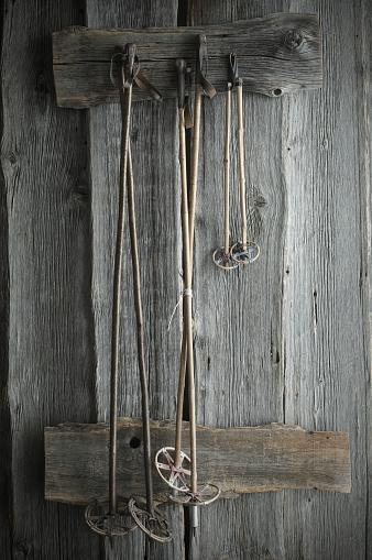 スキー「Old ski poles hanging on rustic wooden wall」:スマホ壁紙(5)