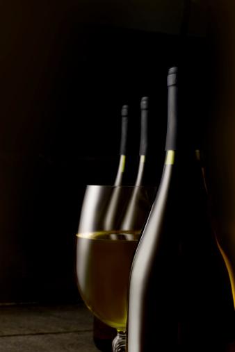 Basement「White wine glass and bottles」:スマホ壁紙(10)