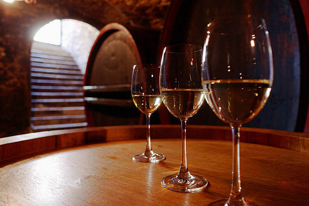 White wine in glasses on wine cask:スマホ壁紙(壁紙.com)