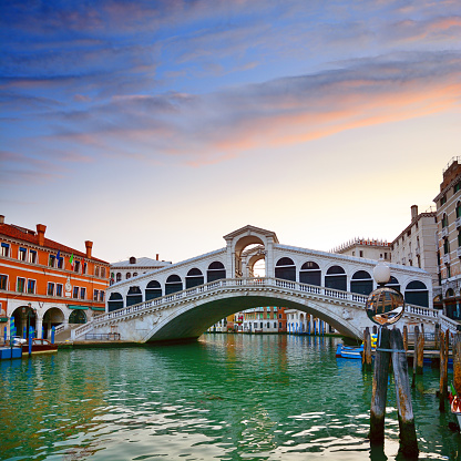 Canal「Rialto Bridge at sunrise, Venice」:スマホ壁紙(13)