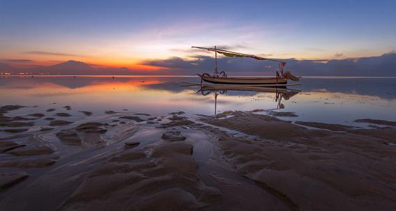 バリ島「Boat anchored at sea, Sanur, Denpasar, Bali, Indonesia」:スマホ壁紙(12)