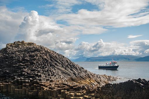 Basalt「A boat anchored off Staffa」:スマホ壁紙(4)