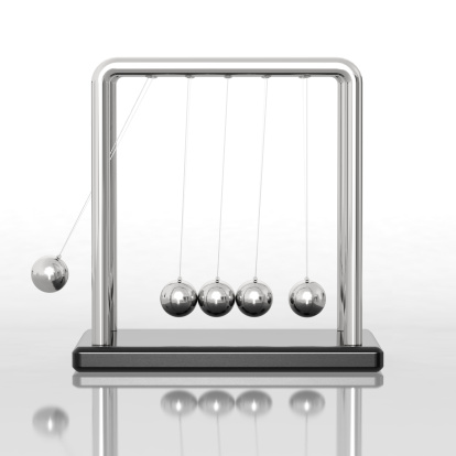 Continuity「Newton's cradle sitting on a reflective desk」:スマホ壁紙(2)