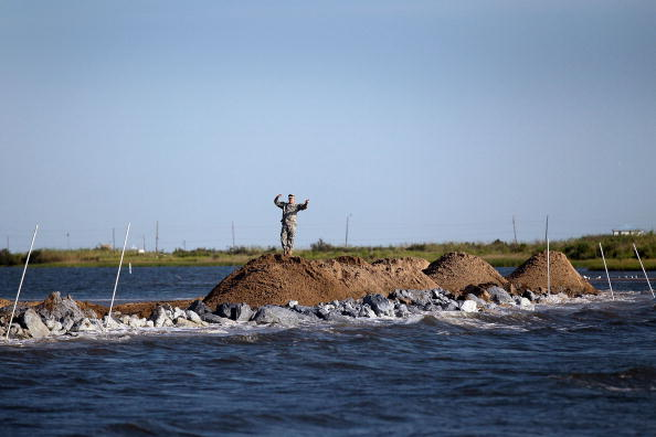 Earthenware「Gulf Oil Spill Begins To Reach Land As BP Struggles To Contain Leak」:写真・画像(15)[壁紙.com]