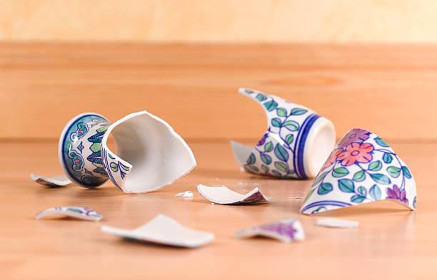 Accident broken antique vase:スマホ壁紙(壁紙.com)