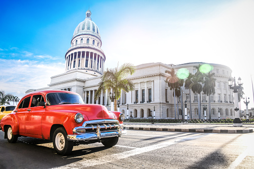 Havana「Red Authentic Vintage Car Moving In Front Of El Capitolio」:スマホ壁紙(19)