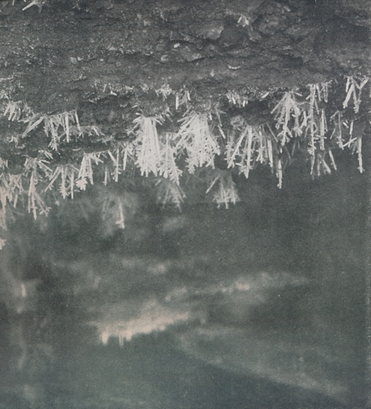 Ski Pole「Ice Crystals On The Roof Of A Cave At The Head Of The Alph River」:写真・画像(2)[壁紙.com]