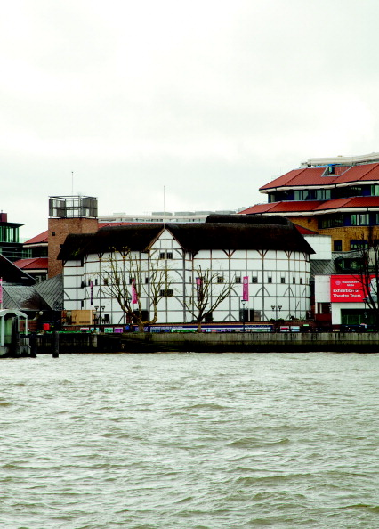Water's Edge「The Modern Globe Theatre With View Along The Riverbank」:写真・画像(10)[壁紙.com]