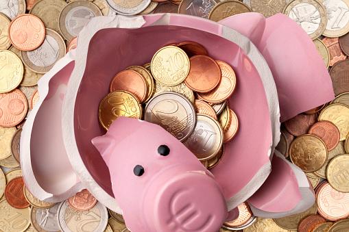 Banking「Savings. Broken piggy bank with euro coins」:スマホ壁紙(10)