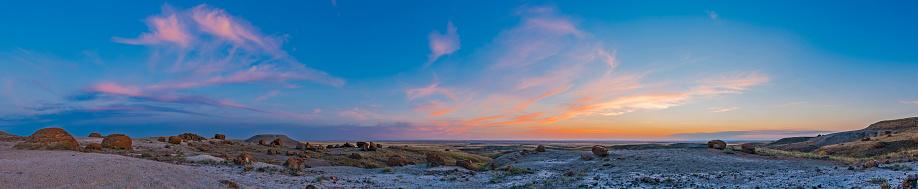 満ちていく月「The colors of twilight at Red Rock Coulee Natural Area, Alberta, Canada.」:スマホ壁紙(4)
