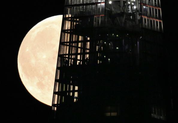 Shard London Bridge「Supermoon Rises Over The UK」:写真・画像(12)[壁紙.com]