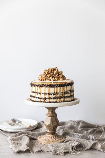 Side View「Chocolate and caramel buttercream layered birthday cake with caramel popcorn」:スマホ壁紙(9)