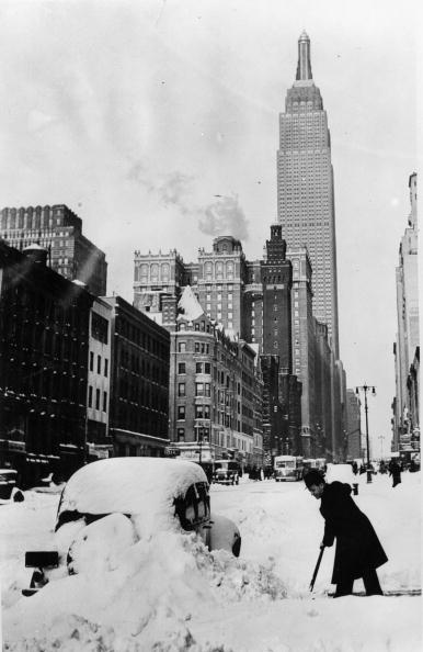 Empire State Building「Snow in New York: after a surprising snowstorm a driver is clearing the way, In the background the Empire State Building, New York, USA, Photograph, Around 1930」:写真・画像(8)[壁紙.com]