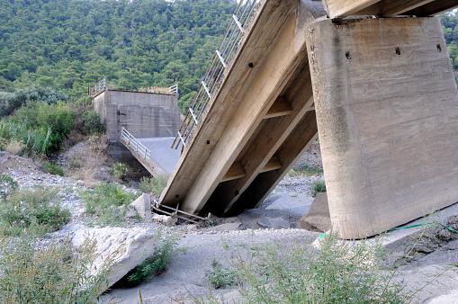 Collapsing「Broken Bridge」:スマホ壁紙(7)
