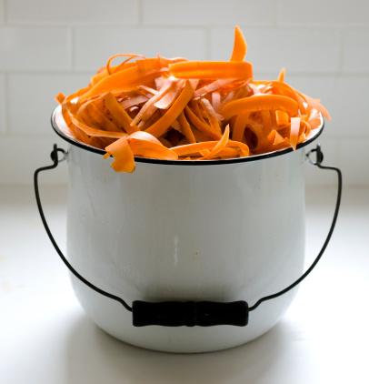 Beacon「carrot peelings in a white bucket」:スマホ壁紙(2)